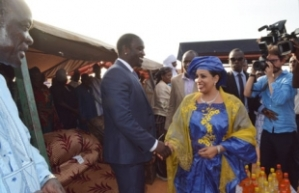 Akon et l'une des  premières dames du Niger